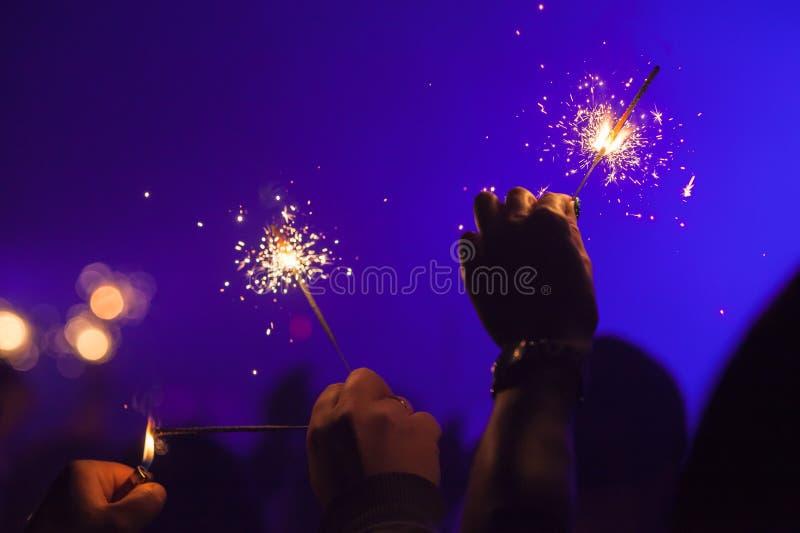 La brûlure de cierges magiques remet dedans bleu-foncé photos stock