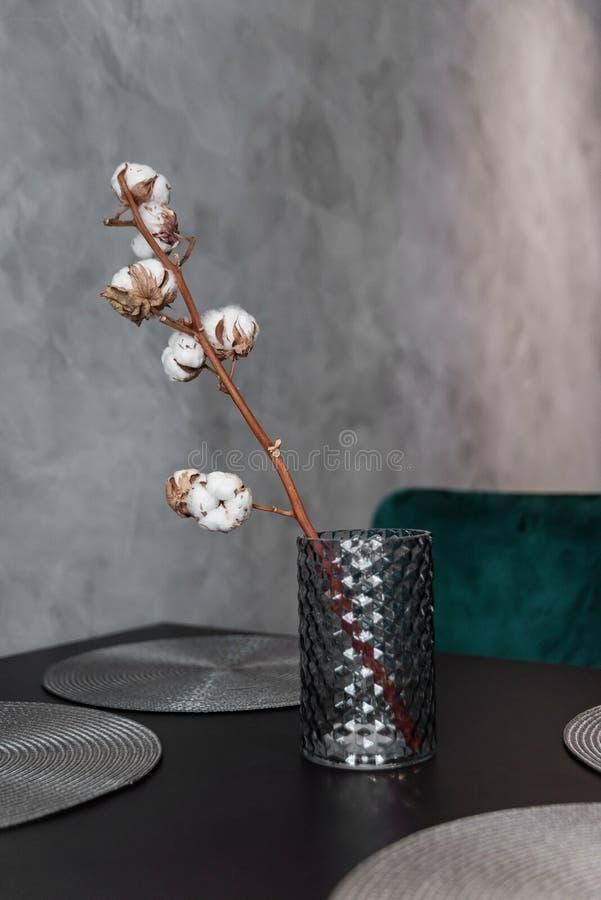 La branche sèche de coton dans le vase en céramique élégant se tient sur la table de cuisine noire Détails intérieurs modernes in images stock