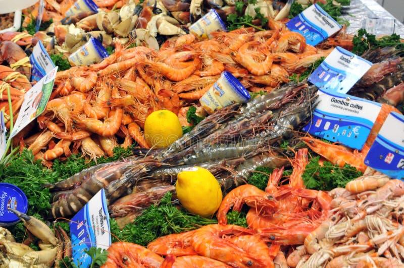 La Bretagne, poisson font des emplettes sur le marché de Pornichet en Loire Atlantiq images libres de droits