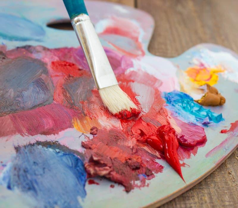 La brosse et la palette des peintures image libre de droits