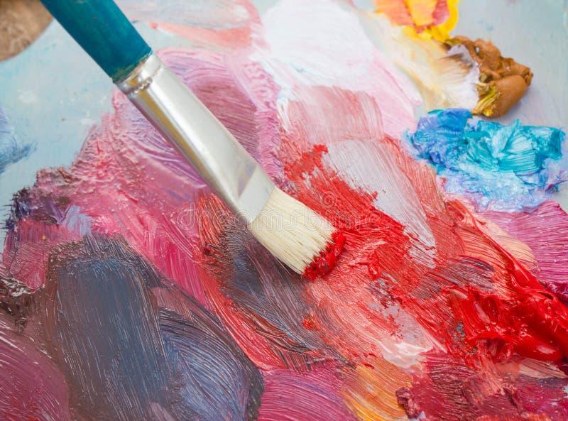 La brosse et la palette des peintures photos libres de droits