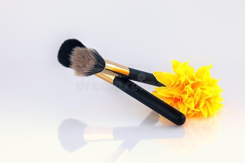 La brosse pour le maquillage rougissent et des cosmétiques photographie stock
