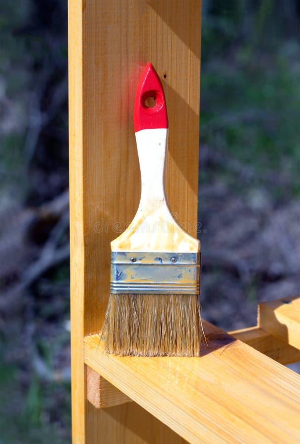 La brosse se tient sur une surface en bois peinte de rayonnage photo libre de droits