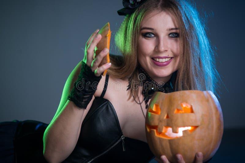 La bruja de la mujer joven conjura foto de archivo libre de regalías