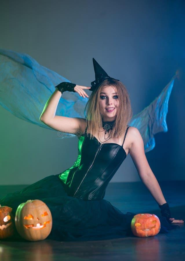 La bruja de la mujer joven conjura imagenes de archivo