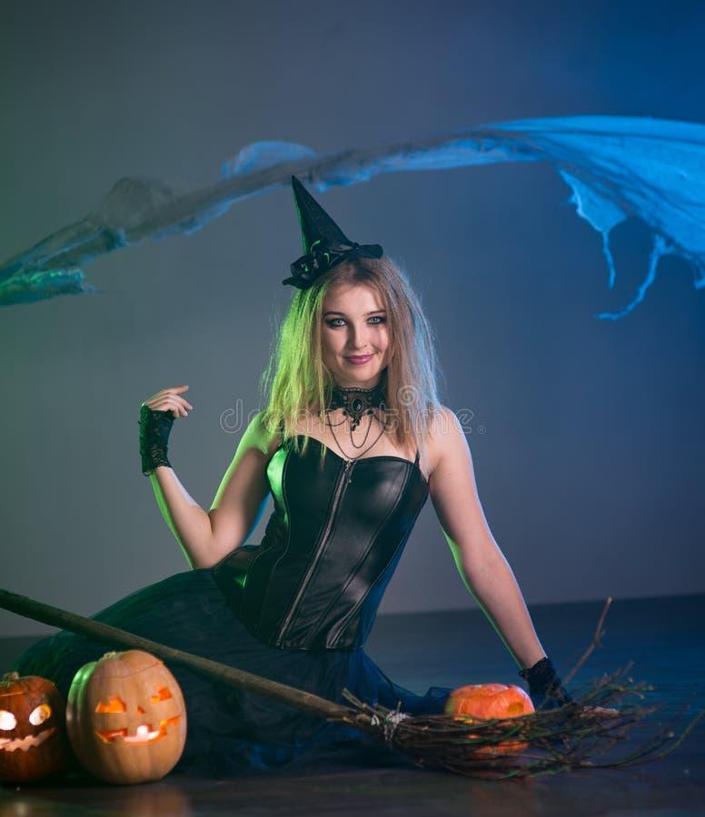 La bruja de la mujer joven conjura imágenes de archivo libres de regalías
