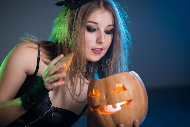 La bruja de la mujer joven conjura imagen de archivo libre de regalías