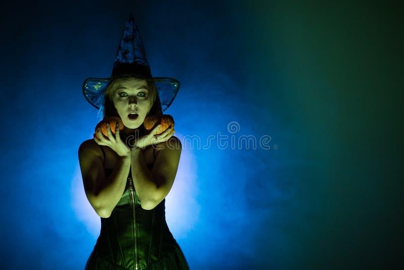 La bruja de la mujer joven conjura fotografía de archivo libre de regalías