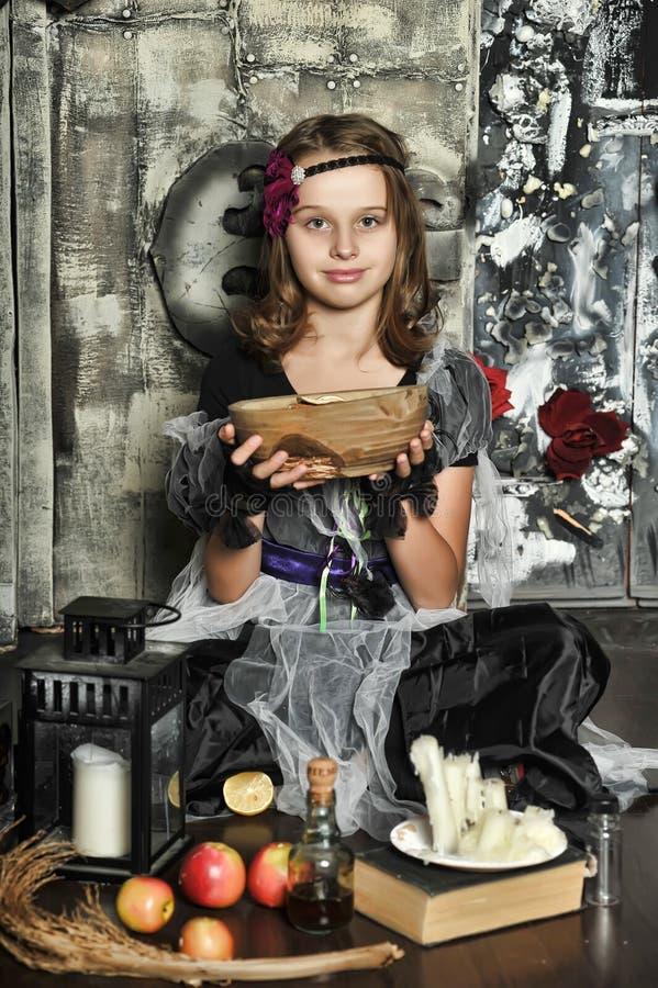 La bruja joven conjura fotos de archivo