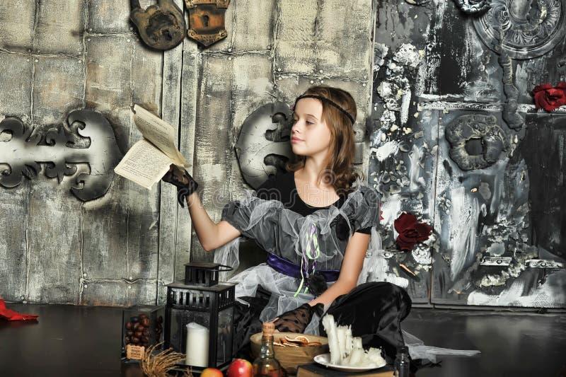 La bruja joven conjura imagen de archivo