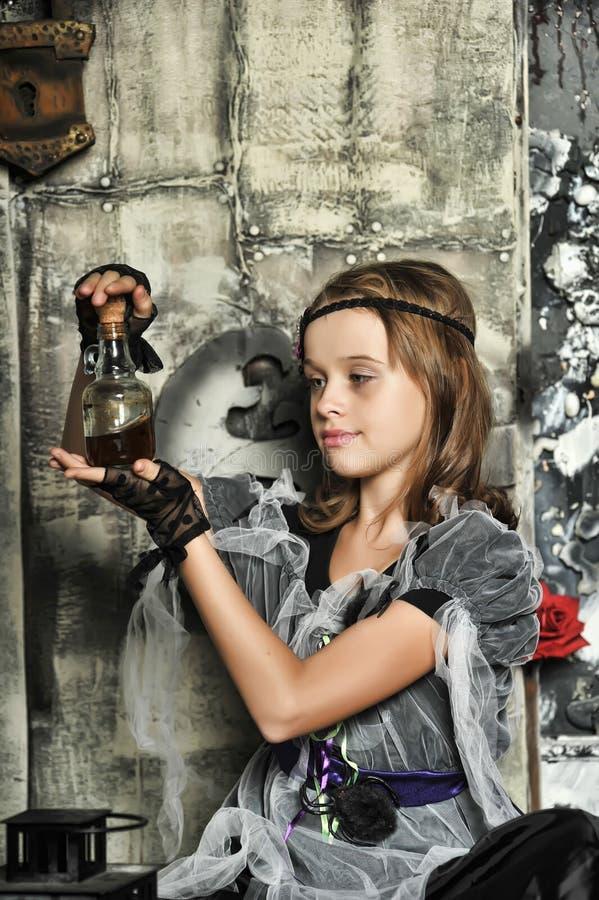 La bruja joven conjura fotografía de archivo