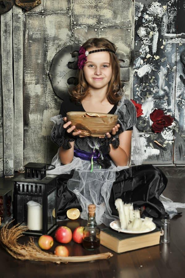 La bruja joven conjura imagen de archivo libre de regalías