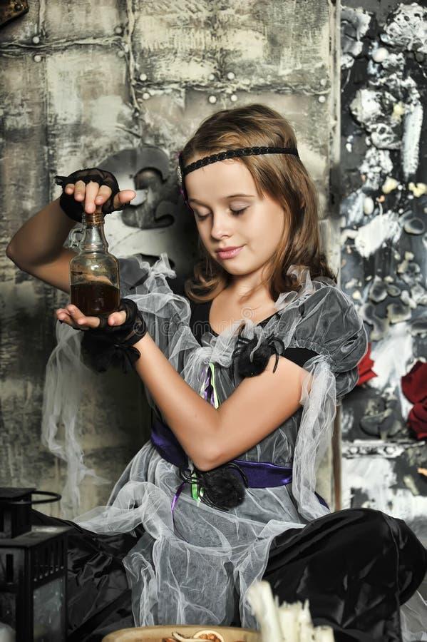La bruja joven conjura foto de archivo