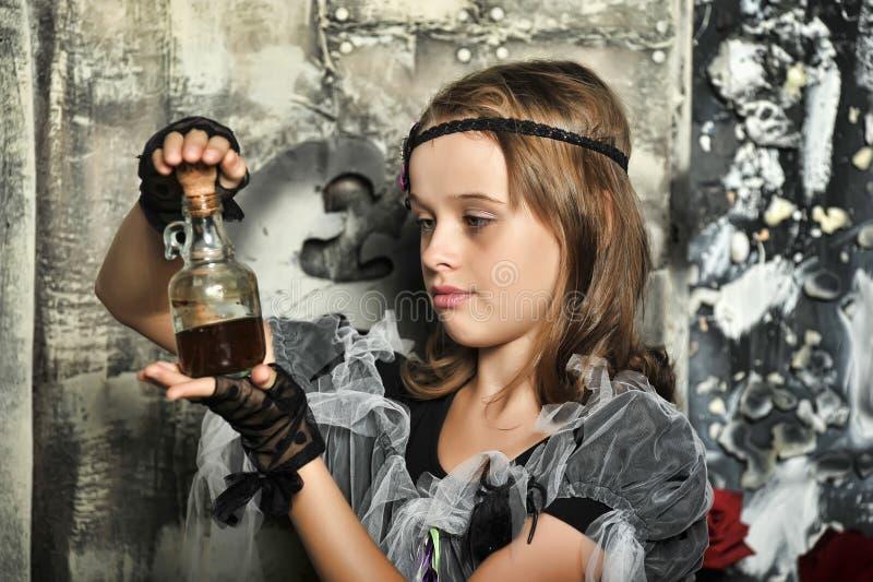 La bruja joven conjura foto de archivo libre de regalías