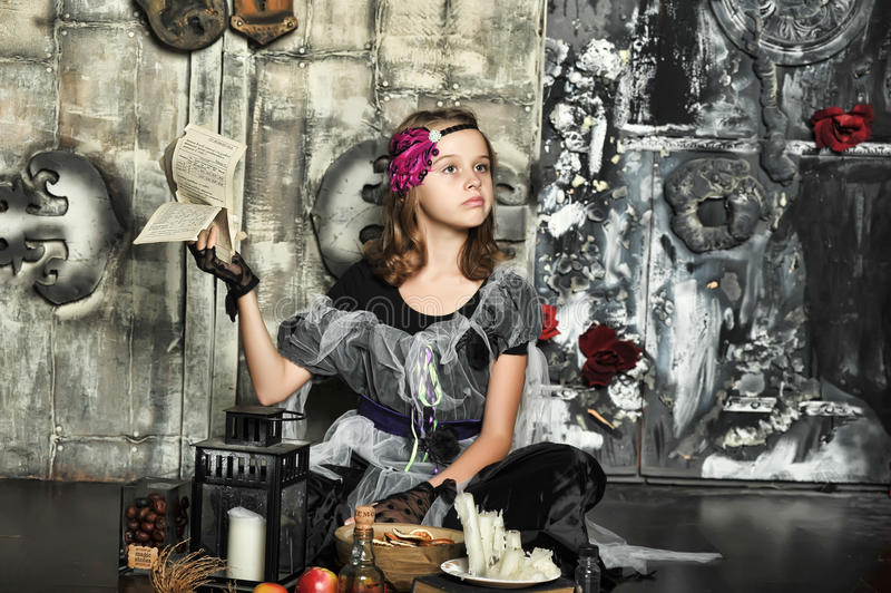 La bruja joven conjura imagenes de archivo