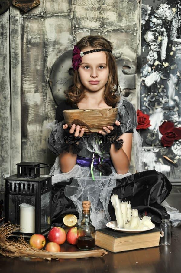 La bruja joven conjura fotos de archivo libres de regalías