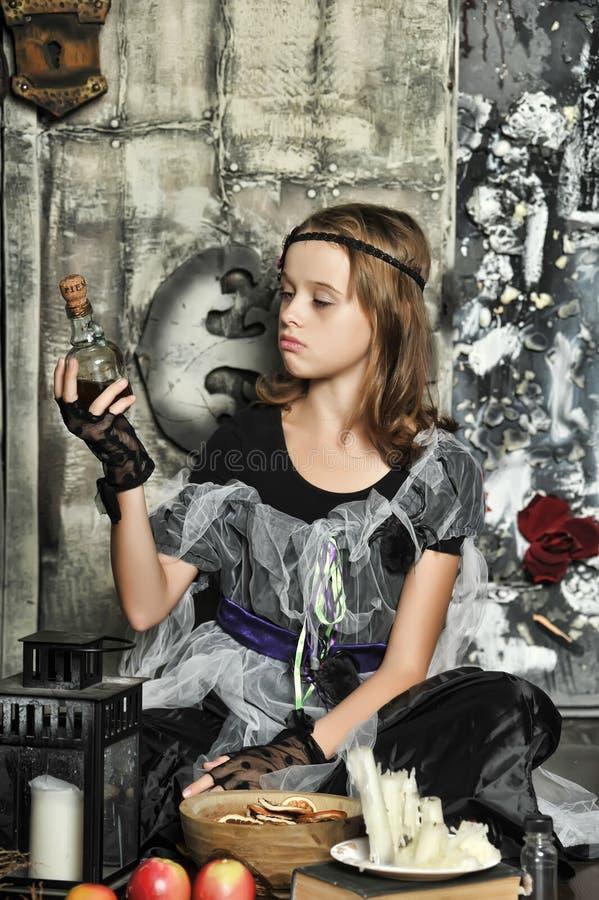 La bruja joven conjura imágenes de archivo libres de regalías