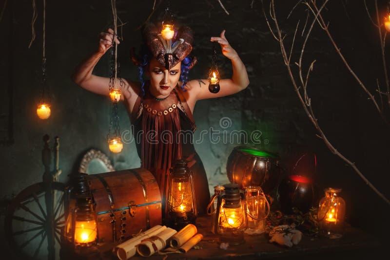 La bruja joven echa un encanto imágenes de archivo libres de regalías