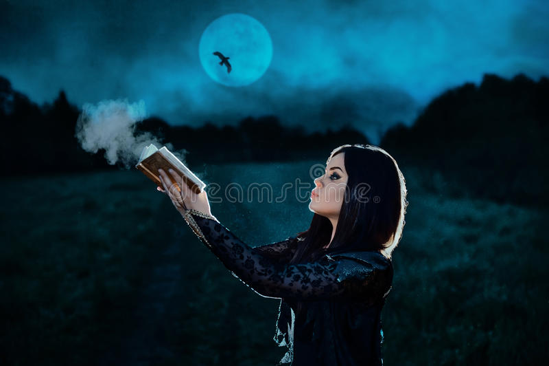 La bruja oscura conjura fotografía de archivo libre de regalías