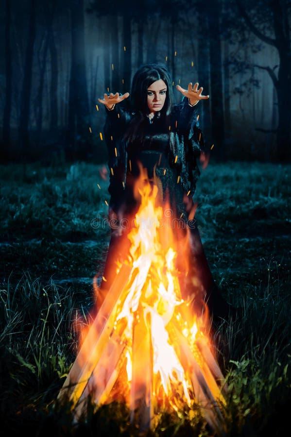 La bruja oscura conjura fotos de archivo libres de regalías