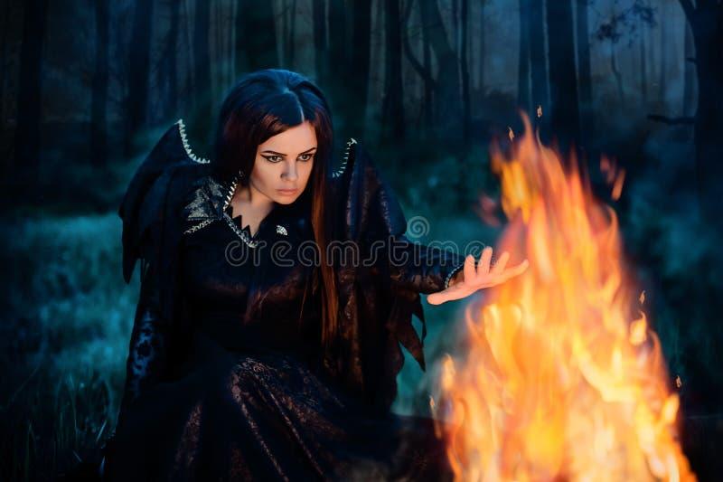 La bruja oscura conjura fotografía de archivo