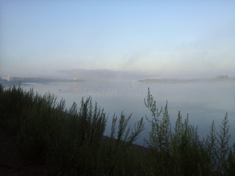 La brume au-dessus de la rivière est très belle photo libre de droits