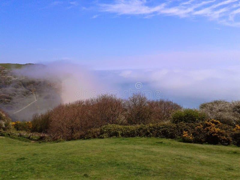 La brume raccorde les hastings est de colline images stock