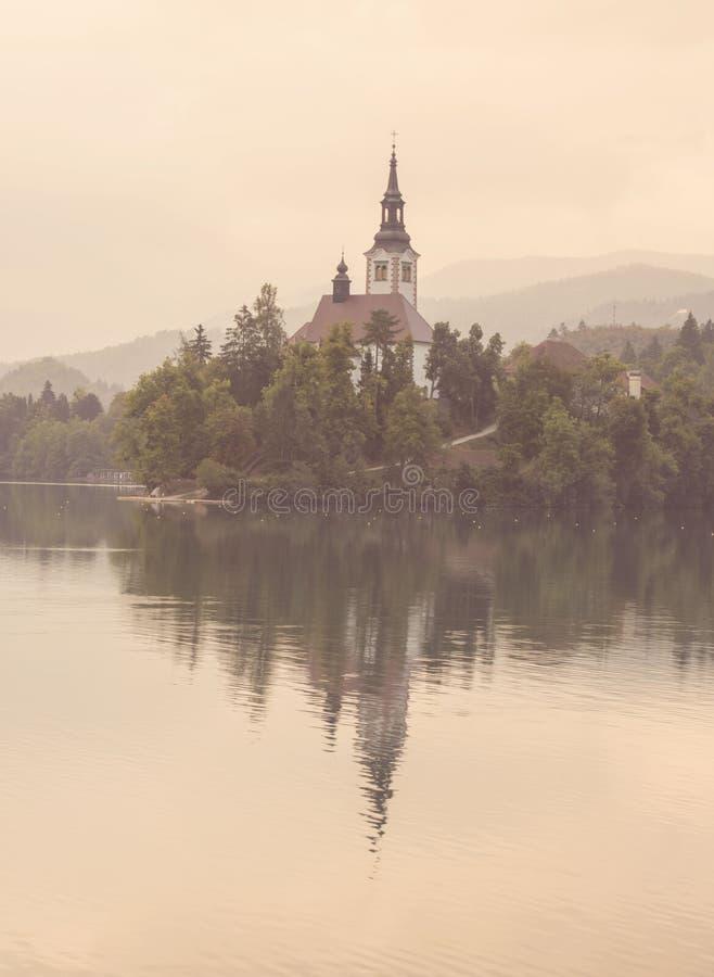 La brume rose de matin sur le lac a saigné, la Slovénie, l'Europe photo stock