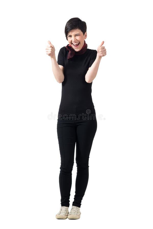 La brune enthousiaste de cheveux courts montrant des pouces lèvent le geste photos stock