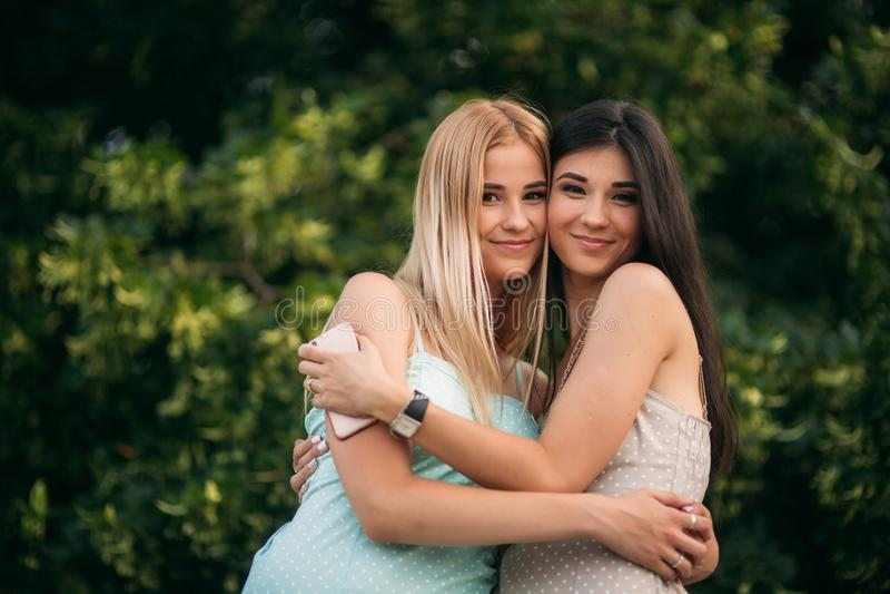 La brune et la blonde sont photographiées et apprécient la vie Jour ensoleillé Été photos stock