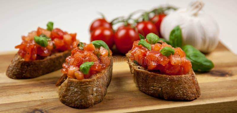 La bruschette - sandwitch avec des tomates, basilic et oliven l'huile images stock