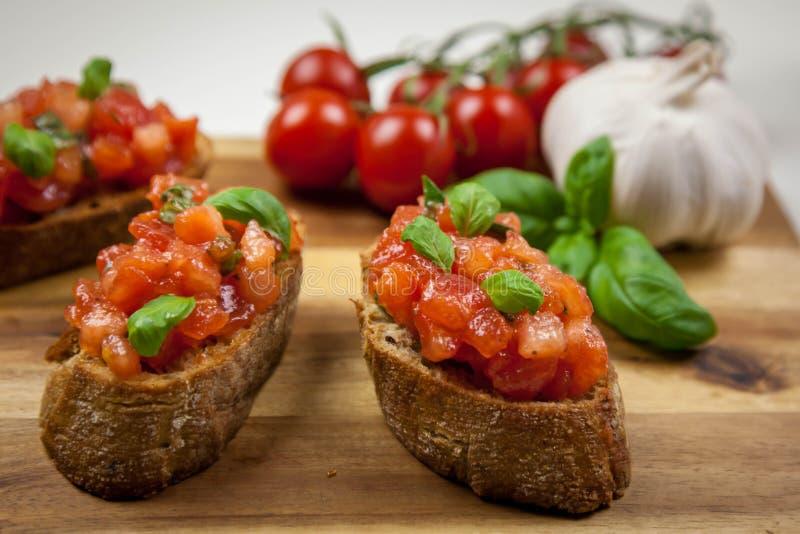 La bruschette - sandwitch avec des tomates, basilic et oliven l'huile images libres de droits