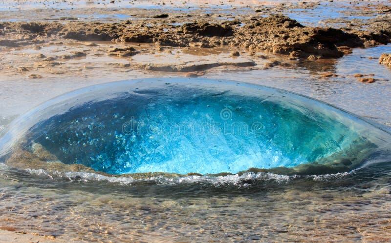 La bulle de ?bullition de bleu de turquoise du geyser de Strokkur avant ?ruption Cercle d'or l'islande images libres de droits