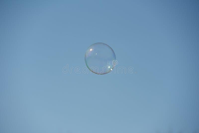 La bulle de savon vole loin dans un ciel sans nuages photos libres de droits