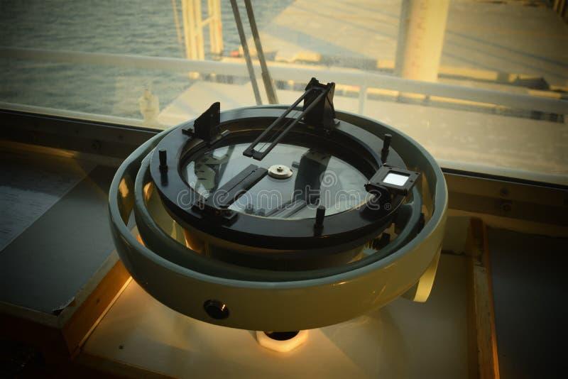 La bussola della nave sulla stanza del ponte fotografia stock libera da diritti