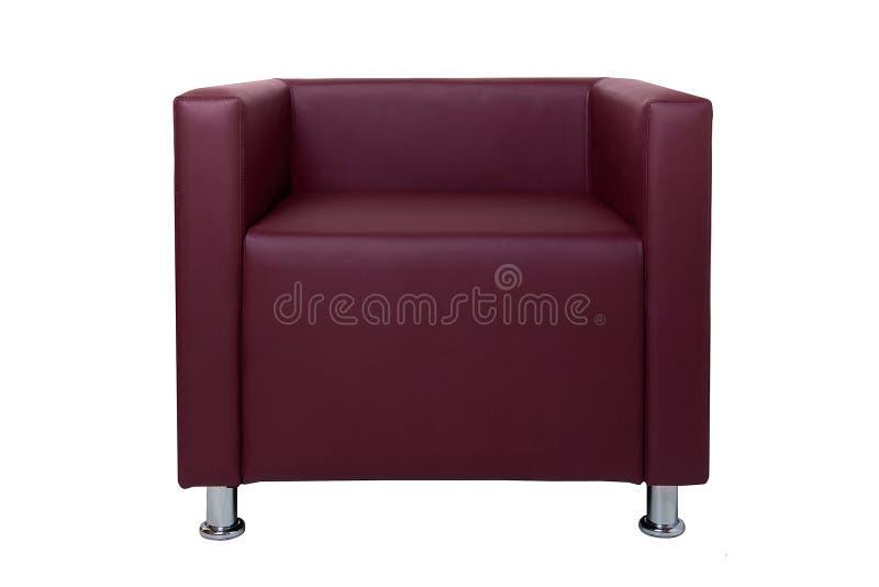 La butaca de cuero roja moderna con el cromo plate? las piernas aisladas en el fondo blanco Muebles estrictos del estilo fotos de archivo