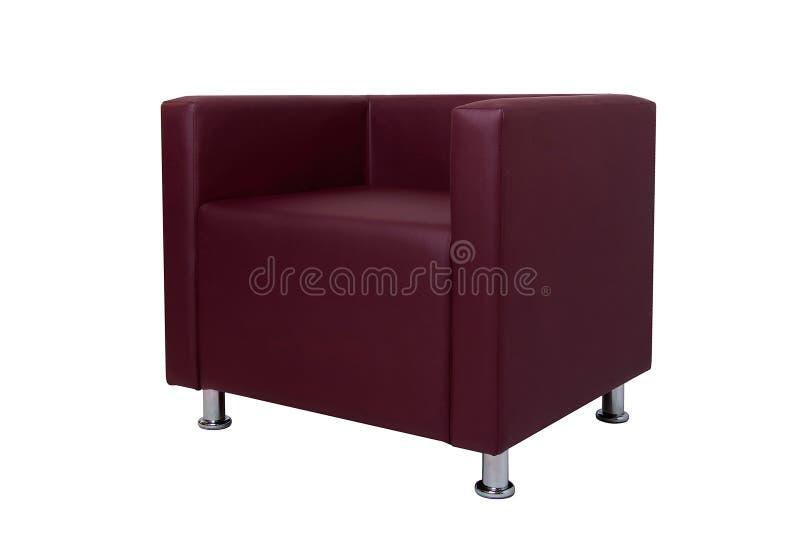 La butaca de cuero roja moderna con el cromo plate? las piernas aisladas en el fondo blanco Muebles estrictos del estilo imágenes de archivo libres de regalías