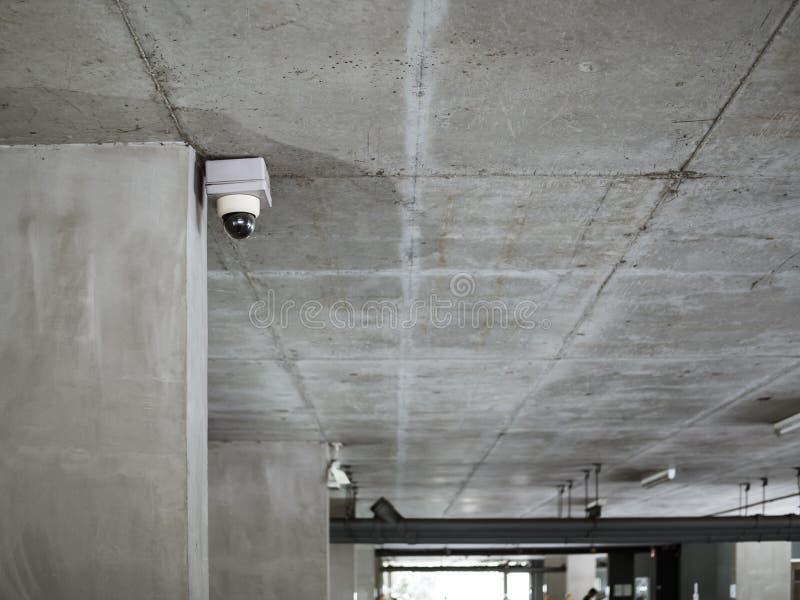 La cámara CCTV instala en techo del convrete en estacionamiento del tehe imagen de archivo libre de regalías