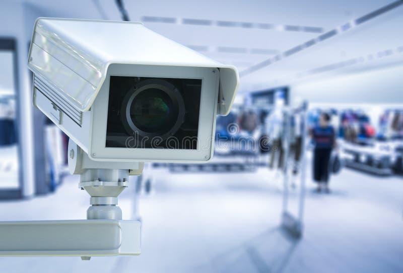 La cámara CCTV o la cámara de seguridad en tienda al por menor empañó el fondo fotografía de archivo