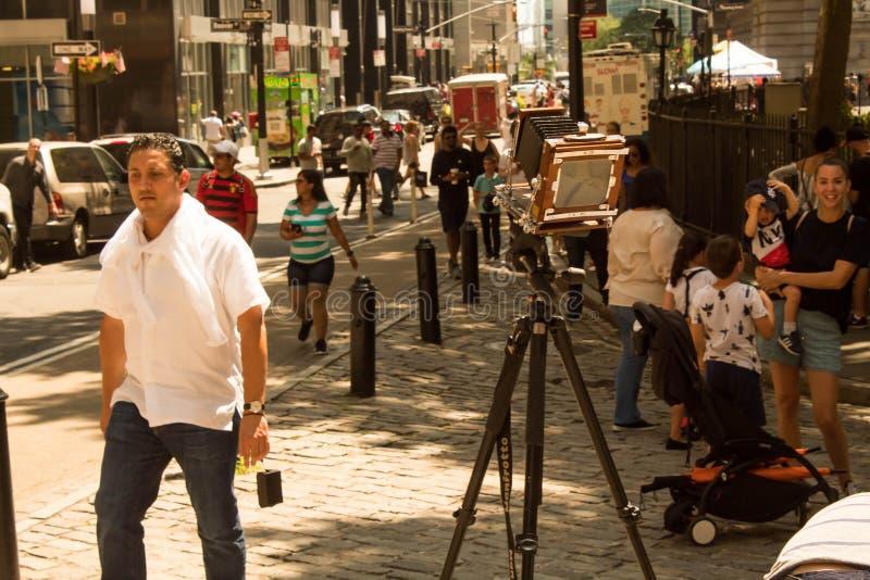 La cámara de plegamiento del vintage setted en la calle de Broadway en New York City, NY, los E.E.U.U. 08/04/2018 fotografía de archivo libre de regalías