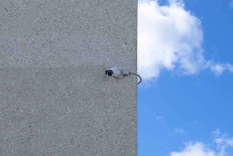 La cámara de seguridad de la protección de la propiedad privada montó la imagen de la acción de la pared exterior de la casa imagen de archivo