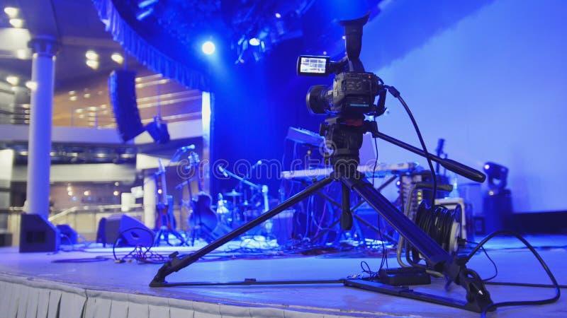 La cámara de vídeo se coloca en la etapa - extracto borroso imagen de archivo
