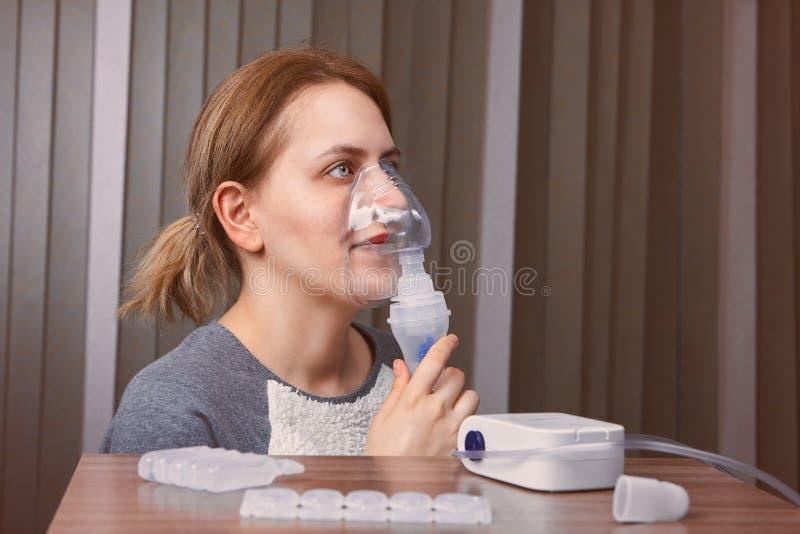 La cámara del nebulizador ayuda con asma fotos de archivo