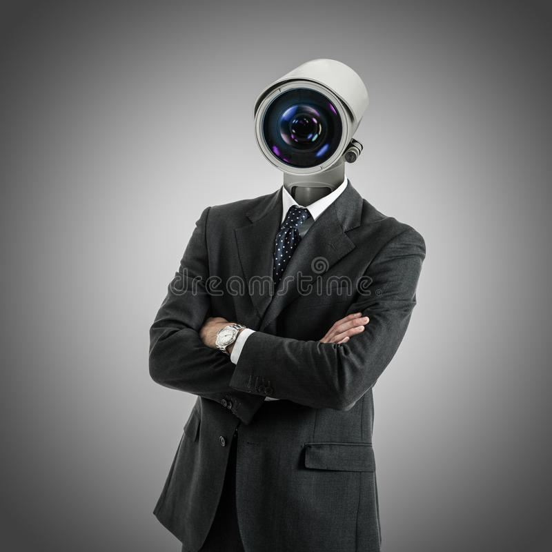 La cámara dirigió al hombre en fondo gris imagenes de archivo