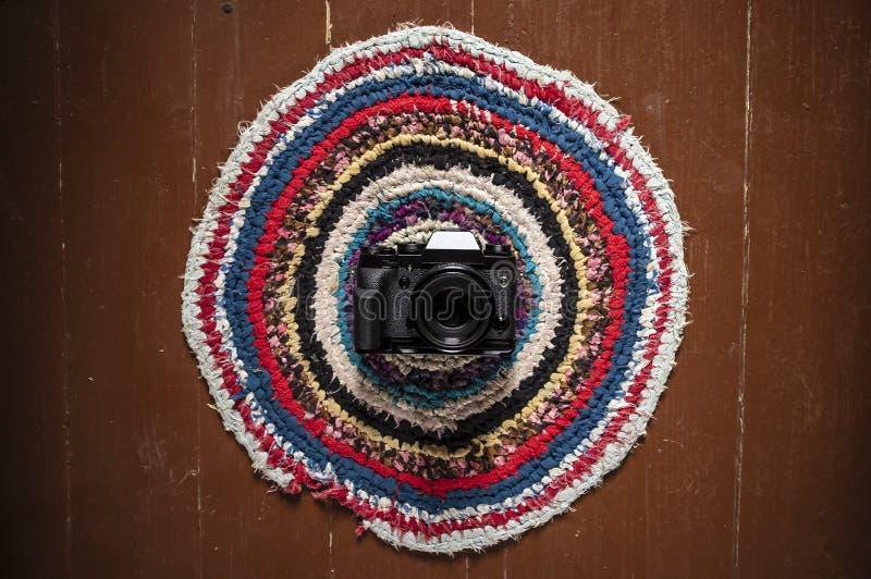 La cámara está en un hogar hermoso alrededor de la alfombra modelada, mintiendo imagen de archivo libre de regalías