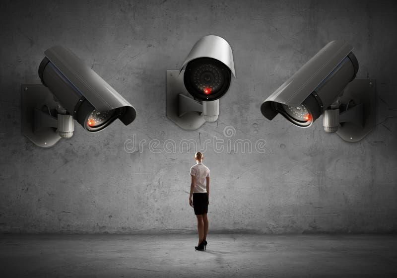 La cámara vigila mujer imagenes de archivo
