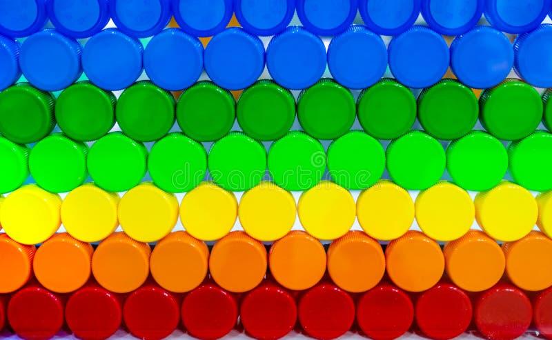 La cápsula plástica colorida arregla con tono y el modelo hermosos Cápsula plástica azul, verde, amarilla, anaranjada, y roja imagen de archivo