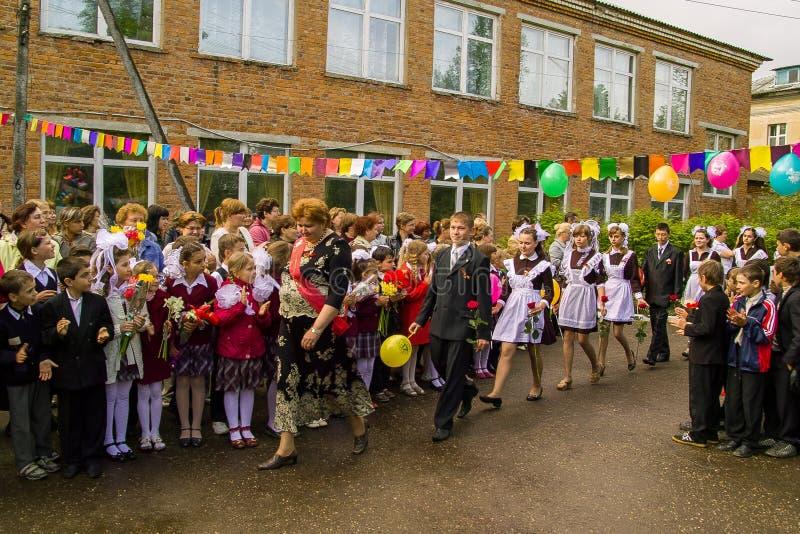 La célébration de la dernière cloche dans une école rurale dans la région de Kaluga en Russie photos stock
