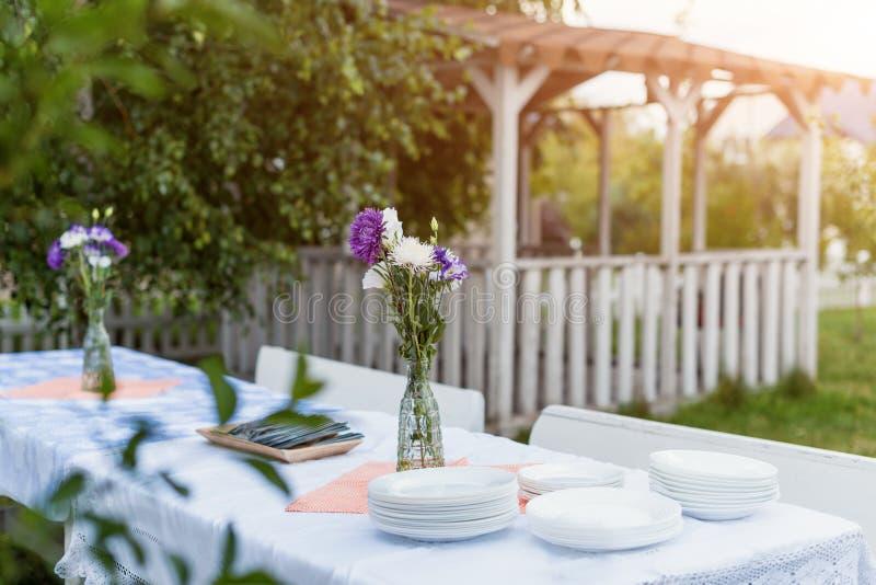 La célébration de nourriture d'arrangement de Tableau dehors font la fête le concept photographie stock