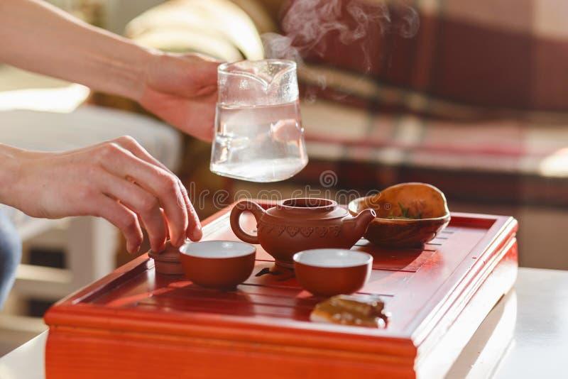 La cérémonie de thé La femme verse l'eau chaude dans la théière photos libres de droits